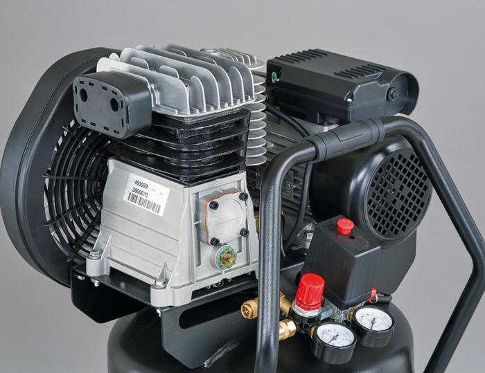 Grupo cabezal mono-etapa con doble cilindro y hierro fundido. un amplio colector de salida para mejorar la refrigeración del aire.