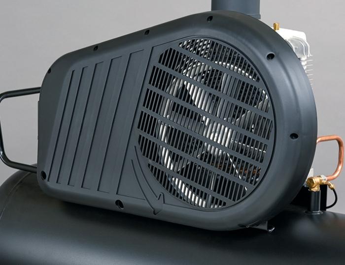 Robusto protector de correas de plástico que protege todas las partes en movimiento y gracias a su diseño incrementa la ventilación sobre el cabezal.