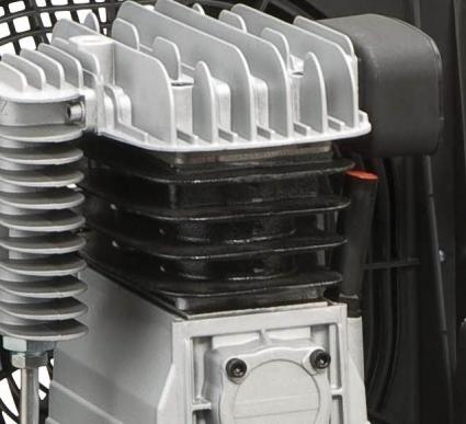 Cabezal compresor de elevada fiabilidad, con cilindro de fundición. Amplia superficie de ventilación para una mejor refrigeración.  Carter sobre dimensionado que garantiza una excelente lubrificacion.