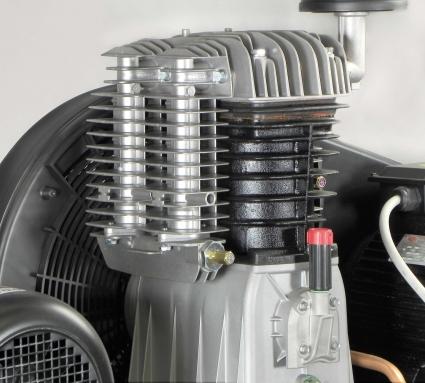 Grupo de bombeo bi-estadio con cilindros de fundición, provisto de amplias tomas para una mejor refrigeración del aire comprimido.