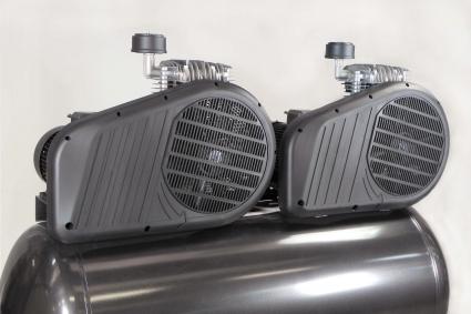 Robustos cubre-correa de plástico, pensados para mejorar la ventilación de los dos grupos de bombeo.