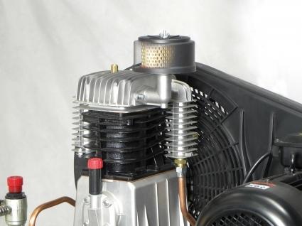 Grupo cabezal de doble etapa con cilindro de hierro dotado de amplios colectores entre etapas y posterior aleteado para mayor refrigeración.