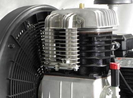 Grupo cabezal de doble etapa con cilindro de hierro dotado de amplios colectores entre etapas y posterior aleteado para mayor refrigeracion.