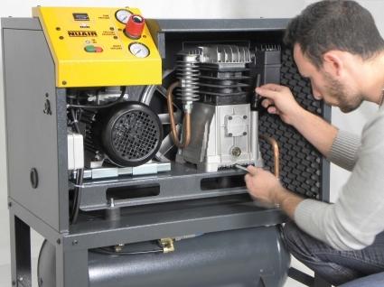 Dotados de una portezuela anterior practicable que facilita la accesibilidad y el mantenimiento de todos los componentes internos. El nivel de aceite es fácilmente visible y el rellenado resulta muy simple gracias a la favorable posición del grupo de bombeo.